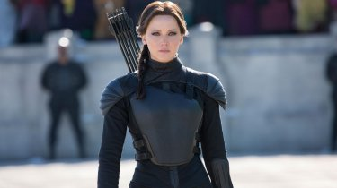 Jennifer Lawrence is Katniss everdeen in a scene from Hunger Games: Il canto della rivolta - parte 2