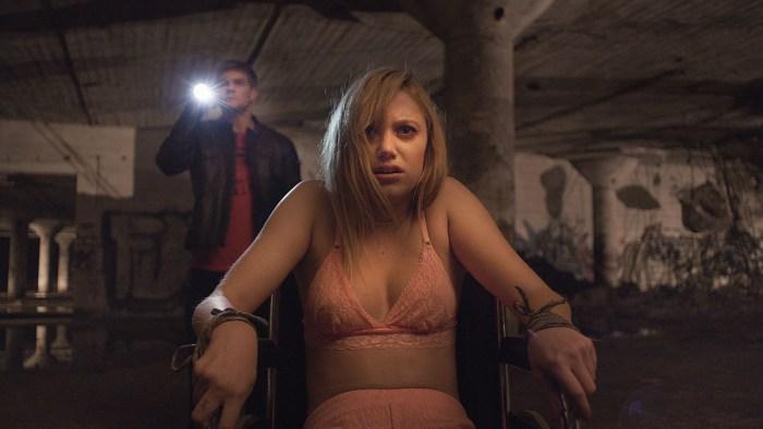 it-follows-2014-horror-movie-Maika Monroe