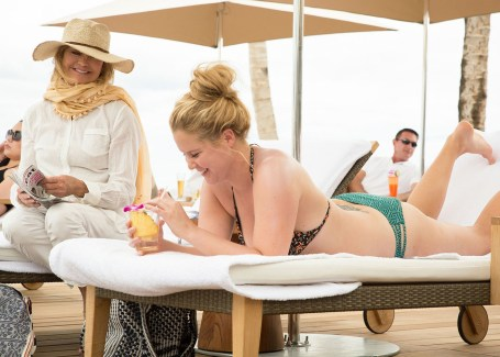 goldie-hawn-and-amy-schumer-in-snatched