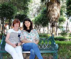 Meine Mutter und ich auf einer Bank im Alameda Hidalgo, Querétaro