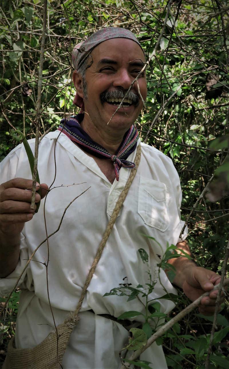 José beim Ernten der Vanille in seinem Ökopark Xanath