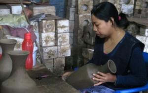 Barro Negro: Eine Frau poliert die luftgetrockneten Tonwaren, damit sie nach der Brennung schwarz glänzen.