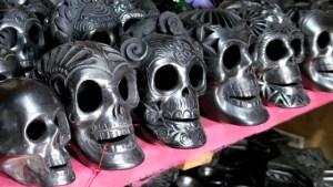 Totenschädel aus schwarzem Ton in San Bartolo Coyotepec, Oaxaca, Mexiko