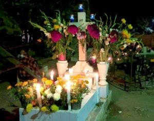 Friedhof blog - Liebevoll dekoriertes Grab zum Tag der Toten in Xoxocotlán, Oaxaca