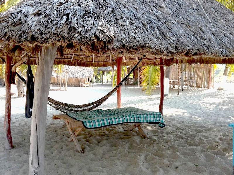 Schlafen in der Hängematte unter'm Palemdach in Oaxaca, Mexiko