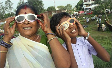 Eclipse watching in Taregna, Bihar, India - Photo: Prashant Ravi, BBC Online
