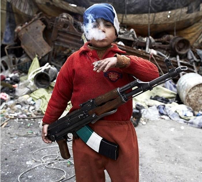 """Un enfant """"rebelle"""" syrien âgé de 7 ans."""