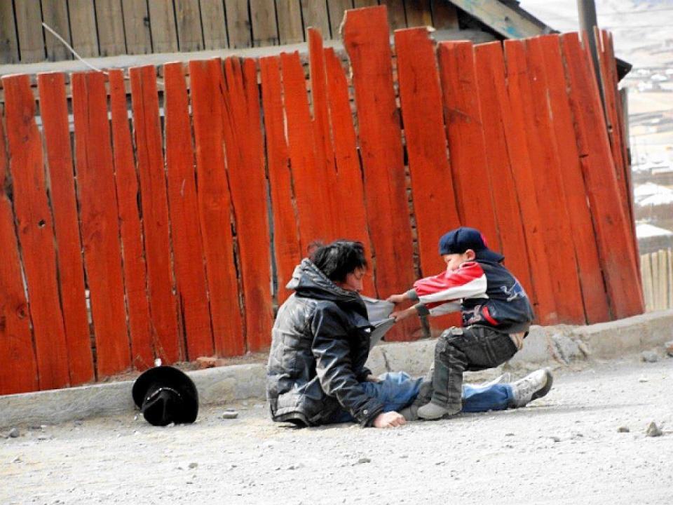 Un enfant avec son père alcoolique.