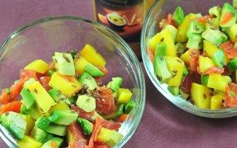 Salade fruitée-salée, espadon fumée, avocat et mangue