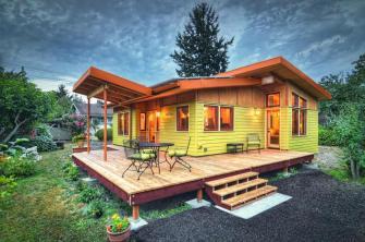 Une petite maison colorée, toute en bois