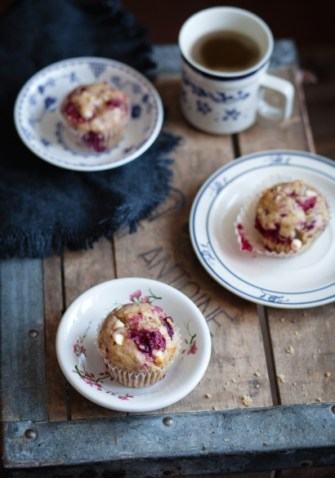 Muffins aux bananes, framboises et chocolat blanc