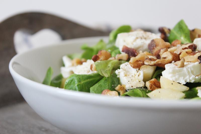 Salade gourmande de mâche, pommes, chèvre et noix