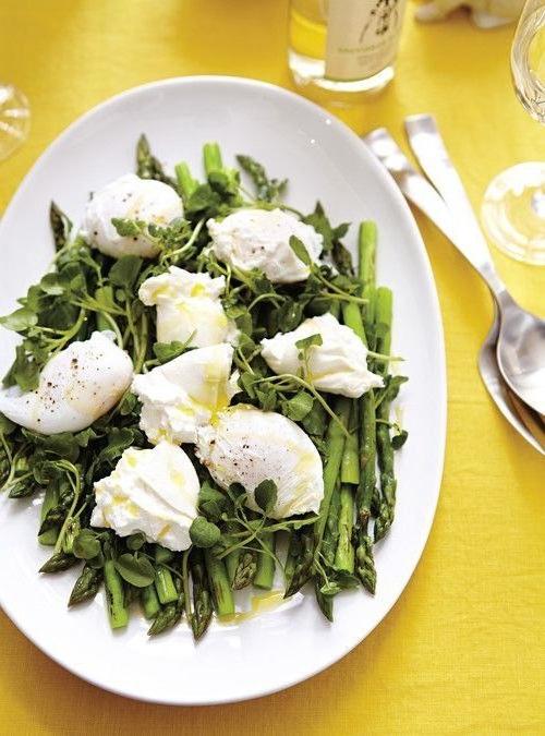 salade-dasperges-aux-oeufs-poches-et-a-la-mozzarella
