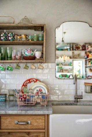 miroir-design-pour-la-cuisine-et-carrelage-blanc