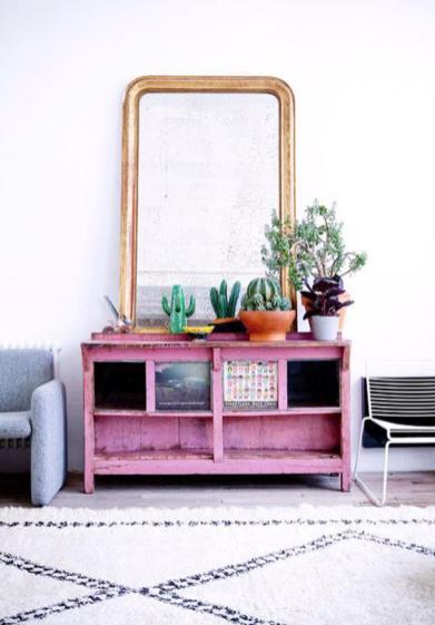 miroir-design-tapis-berbere-et-commode-rose-peinte
