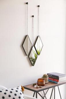 miroir-design-trois-miroirs-suspendus-au-dessus-dun-chevet