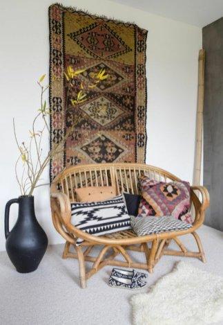 interieur-design-fauteuil-rotin-vintage-cool-idee-amenagement-salon-avec-tapis-de-mur
