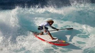 Airton Cozzolino affronte les vagues en paddle