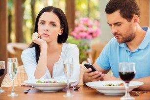 couple-restaurant-homme-cellulaire