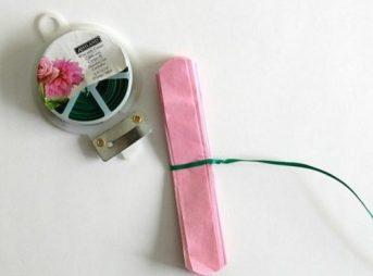 nouez-une-ficelle-verte-autour-du-centre-du-papier-pour-fabriquer-votre-fleur-en-papier-de-soie-e1480676218909