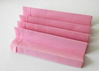 plier-le-papier-en-forme-d-accordeon-fleur-en-papier-de-soie-a-fabriquer-soi-meme-premier-etape-du-projet-diy