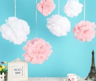 une-decoration-douce-et-elegante-pompons-rose-et-blancs-diy-fleur-en-papier-de-soie-e1480676823603