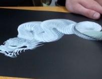 Cet artiste japonais peint le corps d'un dragon d'un seul coup de pinceau