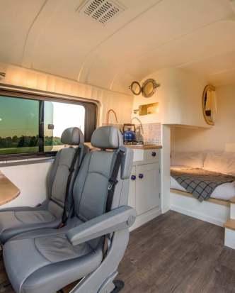 Un couple d'ingénieurs transforme un vieux van en luxueux camping car 04