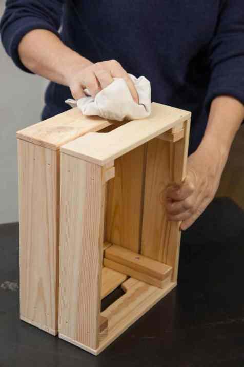 DIY - Réalisez une table de nuit avec des caisses en bois 02