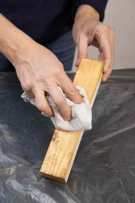 DIY - Réalisez une table de nuit avec des caisses en bois 10