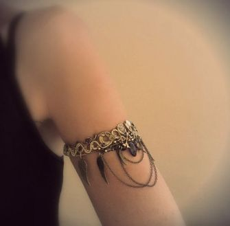 Les bijoux qui se portent sur le haut du bras