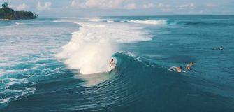 Bianca Buitendag surf aux Mentawais