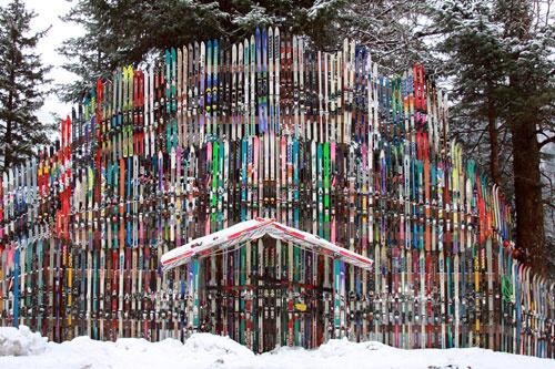 Il bâtit un mur avec plus de 200 paires de sky en Alaska 01