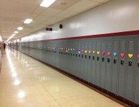 Pour la Saint-Valentin, un étudiant anonyme surprend toute son école avec plus de 1500 coeurs collé à chaque casier