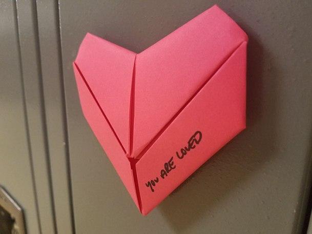Pour la Saint-Valentin, un étudiant anonyme surprend toute son école avec plus de 1500 coeurs collé à chaque casier 02