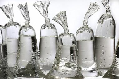 dylan-martinez-verre-sacs-remplis-deau-3