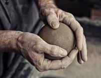 Le «dorodango» japonais : L'art de polir des boules de terre à la perfection