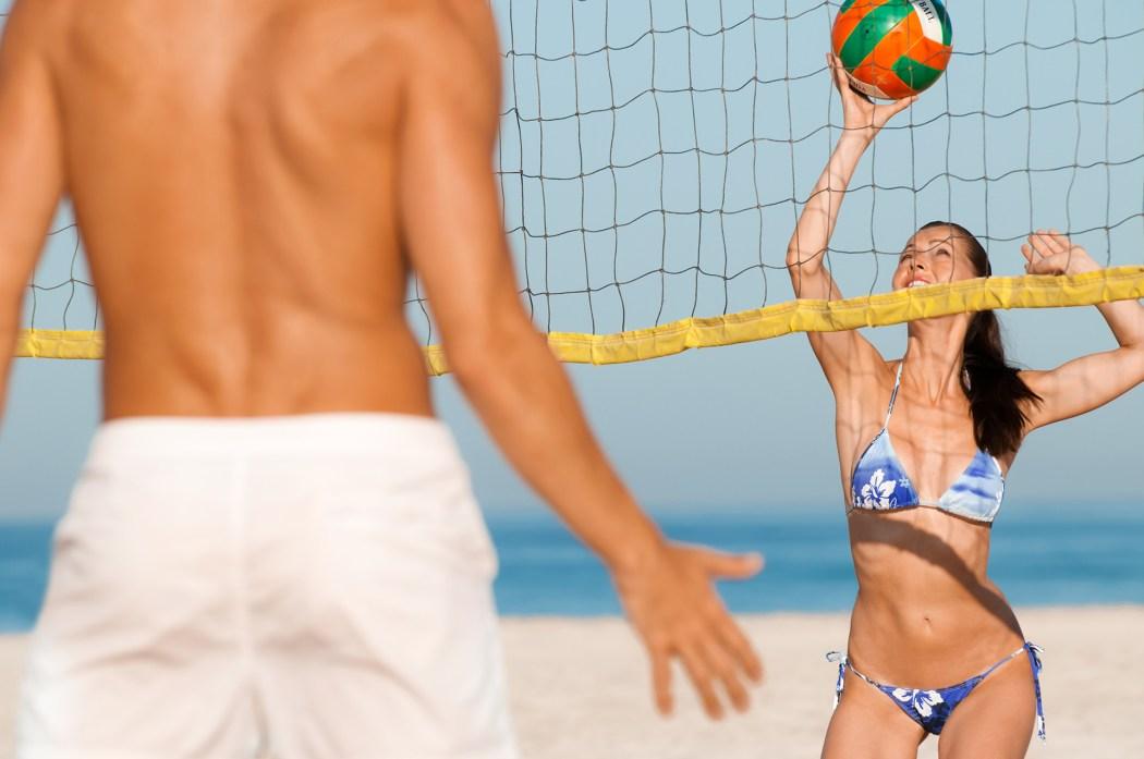 2 Personen spielen Volleyball