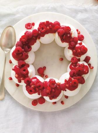Couronne de pavlova aux fruits rouges