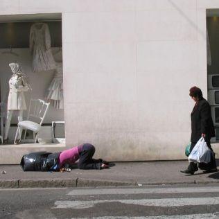 mannequins-city-street-art-installation-trolling-sculptor-artist-mark-jenkins-8-5d1317dbd6eb0__700