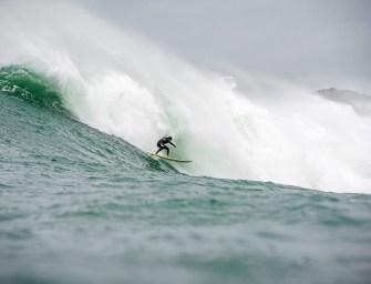 Typhon Habigis : les surfeurs japonais se jettent à l'eau