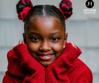 Une séance photo glamour pour une jeune fille qui a été exclue de la photo de classe par son école