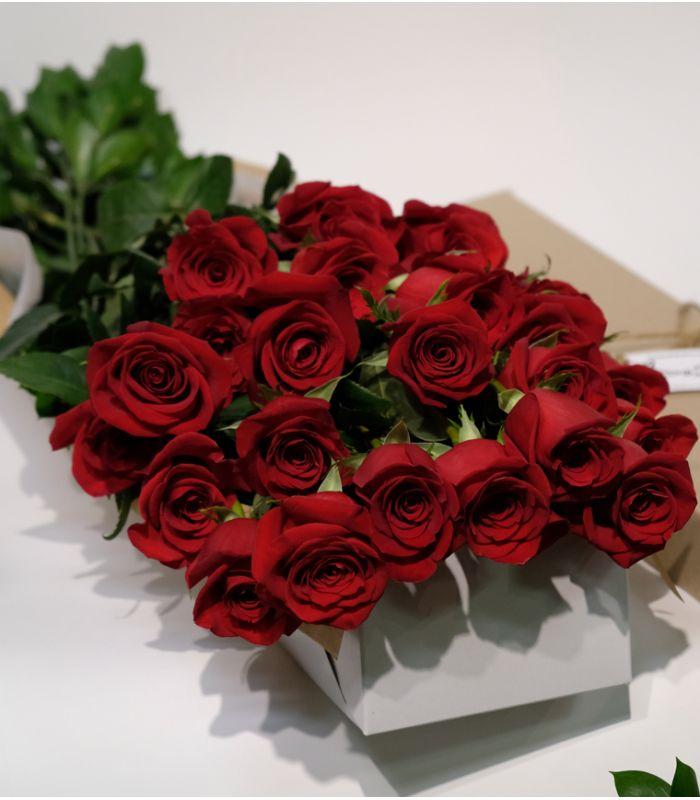bouquet-saint-valentin-12-roses-rouges-courtes