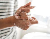 Comment soigner vos mains sèches et craquelées par les lavages fréquents ?