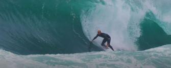 Kelly Slater sur une mer déchainée en Australie
