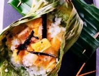 Riz au lait de coco et fruits en feuille de bananier