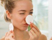 Démaquillant et nettoyant pour le visage : quelle est la différence et quand les utiliser
