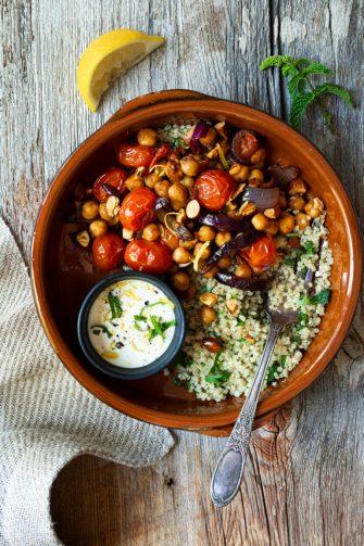 Bol marocain au pois chiche, tomates cerises et amandes