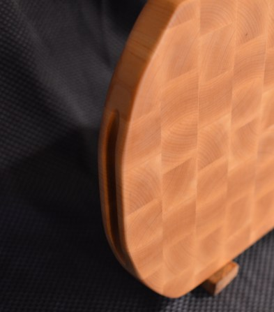 Cutting Board 16 - End 029a. Detail of the finger hold on the edge of the board.