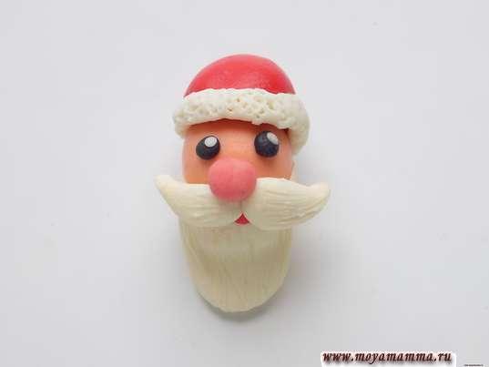 SANTA Claus пластилиннен. Ақ жиегі бар қызыл пластилиннен Санта-Клаус үшін шляпалар
